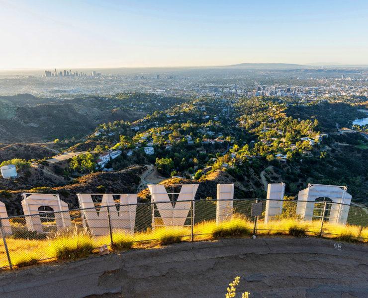 Panorama van Los Angeles van boven de beroemde Hollywood letters