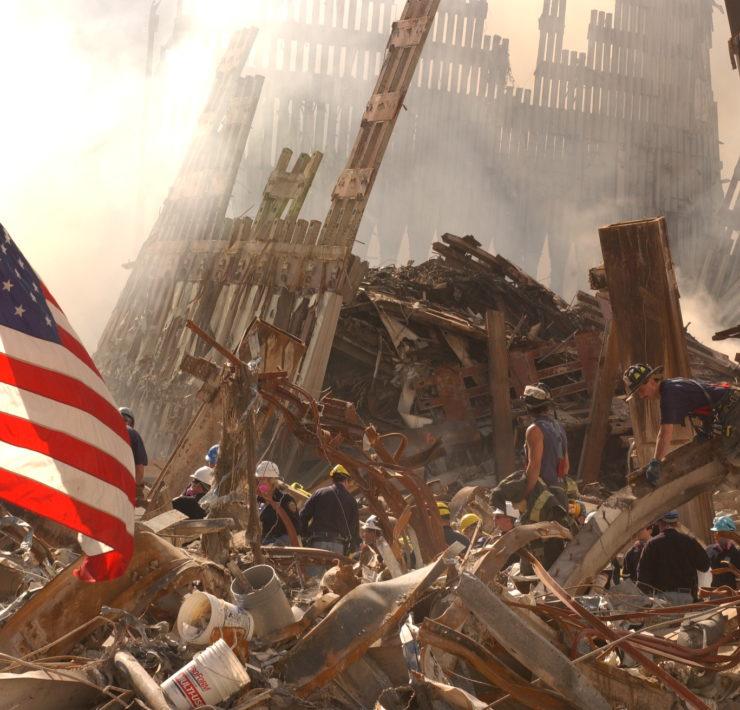 De ingestorte WTC torens dagen na de aanslagen van 9/11